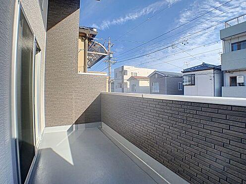 新築一戸建て-名古屋市守山区天子田1丁目 奥行きのあるバルコニーで日当たりのよい環境です。