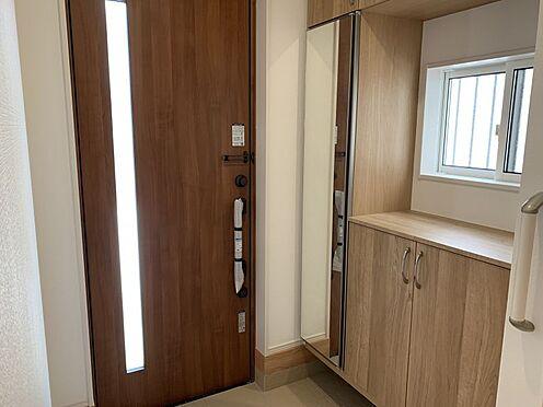新築一戸建て-みよし市三好町陣取山 実際のお部屋は玄関吹き抜け採用!玄関に入ると視線が上に抜けるため、視線誘導で開放的な空間となっています◎(こちらは施工事例です)