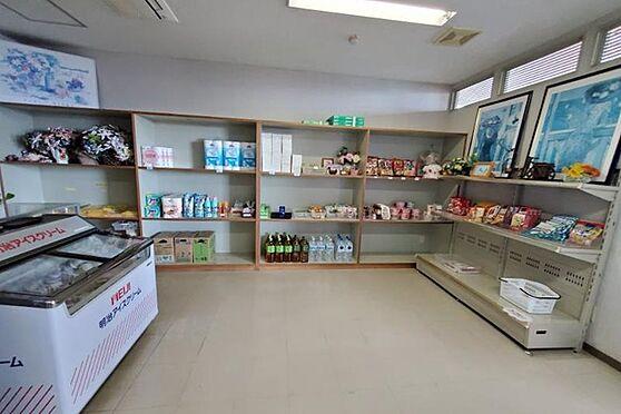 リゾートマンション-熱海市熱海 マンションエントランス横には売店もあります。