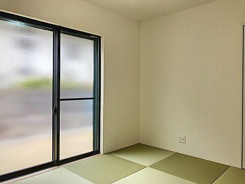 新築一戸建て-大野城市仲畑3丁目 リビング隣の和室は、趣ある安らぎ空間。来訪時や家事スペースとしても重宝します。(同仕様)