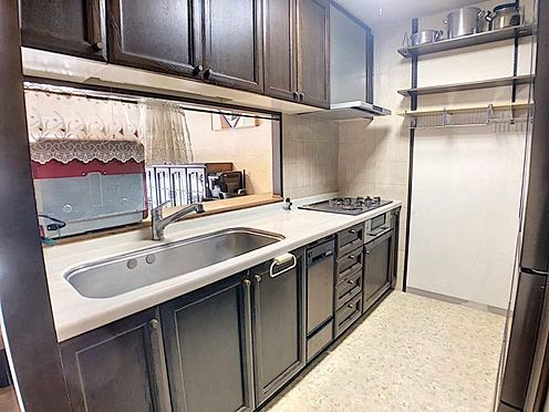 中古マンション-豊田市下市場町8丁目 リビングの扉のすぐ近くに水周りが揃っていますので、お料理しながら洗濯機を回しに行ったり、スムーズに家事が行えます◎