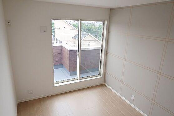 戸建賃貸-多摩市聖ヶ丘3丁目 2階南西側洋室約6帖、バルコニーに面しています。