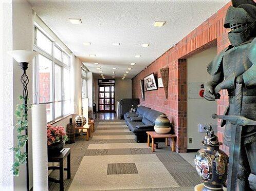 中古一戸建て-田方郡函南町平井南箱根ダイヤランド お部屋までを繋ぐ廊下(ホール)のようすです。床の絨毯は張替えられております。