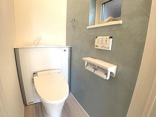新築一戸建て-知多市にしの台1丁目 収納一体型トイレ。掃除道具などを収納しスッキリとさせることが出来ます。(1階のみ)