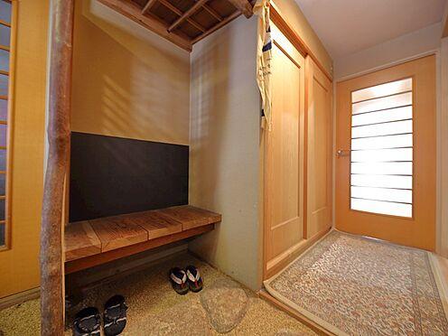 中古マンション-品川区八潮5丁目 玄関にはお履き物を脱ぐのにお使い頂けれますベンチが付いております。