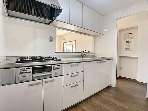 中古マンション-豊田市下林町3丁目 白で統一されたシステムキッチンです。お料理が楽しくなりそうですね!
