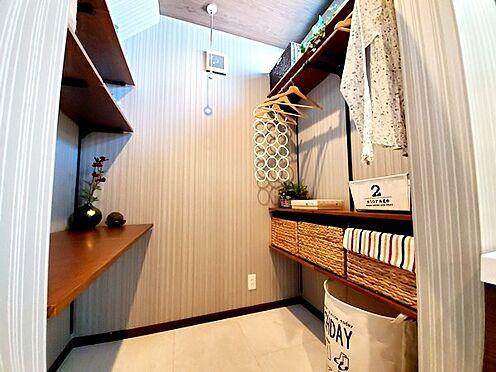 新築一戸建て-八王子市堀之内2丁目 洗面室には便利なカウンタースペースがあります。