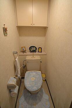 中古マンション-稲城市若葉台4丁目 白を基調とした清潔感のある手洗付きトイレ
