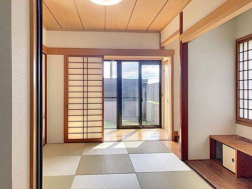 戸建賃貸-西尾市下羽角町郷内 タタミコーナーと洋室を開放して明るく広くお部屋をご利用できます。