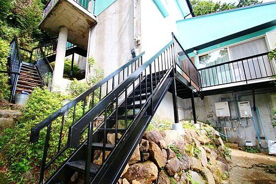 中古一戸建て-熱海市上多賀 1階リビングに、新たに玄関とこの階段を設けることにより、建物へ入りやすく工夫をしています。