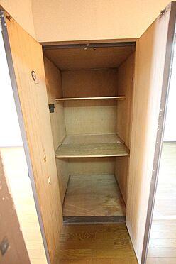 中古マンション-橿原市栄和町 廊下にも収納を確保。わずかなスペースでも無駄にせず有効活用されています。