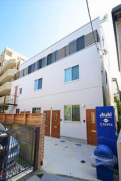 アパート-大田区久が原2丁目 白い外壁とドアの木目のコントラストが爽やかな外観