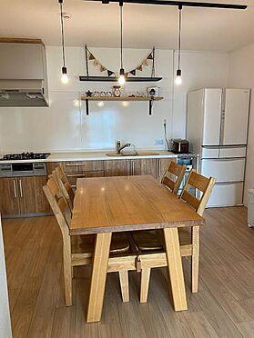 中古マンション-名古屋市天白区原2丁目 キッチンもナチュラルテイストな仕上がりに、ペンダントライトが可愛いですね