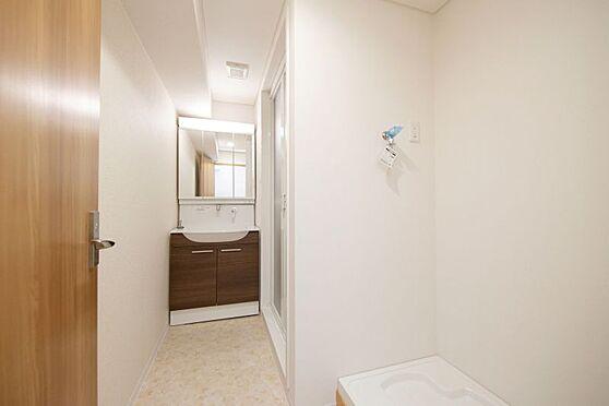 区分マンション-名古屋市南区東又兵ヱ町3丁目 三面鏡で使い勝手のいい洗面台です。お掃除がしやすい形です♪