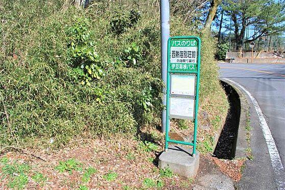 土地-熱海市西熱海町2丁目 「バス停」バス停「西熱海別荘地前」まで徒歩約6分(約450m)です。熱海駅まで1日6本バスが出ており