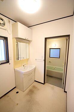 中古一戸建て-橿原市菖蒲町3丁目 大型の洗濯機も無理なく設置できる広さを確保。洗面台は便利なシャワー付きです。