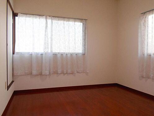 アパート-呉市汐見町 優しい光が入る2階洋室は寝室にもぴったりです。