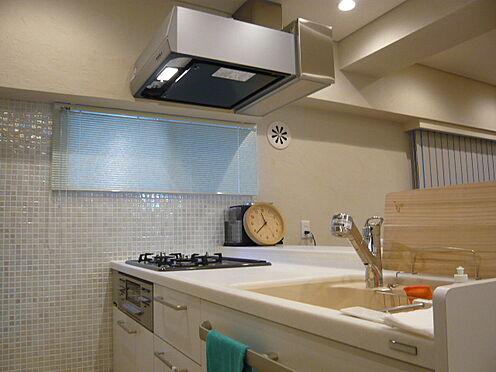 中古マンション-文京区本郷3丁目 キッチン壁にモザイクタイル・換気扇はマントル型を設置。家具・小物類は販売価格に含まれます