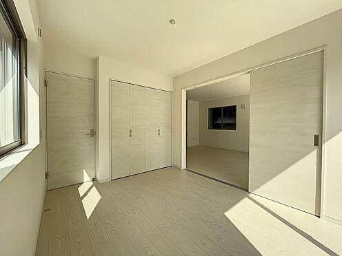 戸建賃貸-名古屋市中川区万場2丁目 玄関にも通り抜けれるリビング横の洋室。使い方が広がります♪