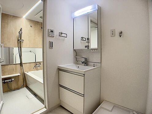 中古マンション-名古屋市千種区向陽1丁目 鏡の裏には、化粧品等が収納できます。