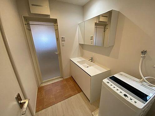 中古一戸建て-岡崎市梅園町字2丁目 洗面台は横に広く、鏡が大きいので、朝の慌しい時間もご家族並んで身支度できますね♪