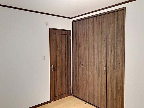 戸建賃貸-豊田市花園町塩倉 各居室に収納付、ウォークインクロゼットを配置したタイプも。ナチュラルな木目調の収納扉はどんな家具にもマッチして、居心地の良いプライベートタイムを演出します。