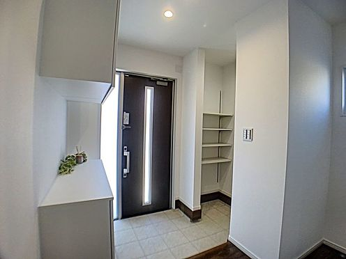 新築一戸建て-西尾市住崎2丁目 白を基調とした清潔感溢れる玄関。入ってすぐ階段があるので2階への荷物の出し入れもラクラク!