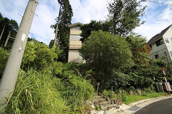 中古一戸建て-伊豆の国市奈古谷 車は1台駐車可能。敷地内の木々が大きくなり、建物が隠れてしまってますが、2階建て建物。
