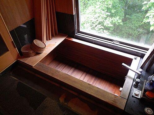 戸建賃貸-北佐久郡軽井沢町大字軽井沢 ヒノキのバスルームです。外の木々の緑を眺めながらお風呂に入るのも気持ちがいいですね。