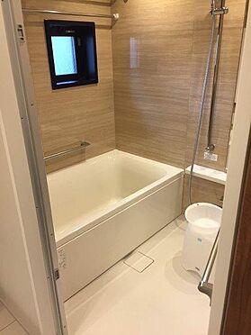 マンション(建物一部)-港区西新橋3丁目 換気に便利な窓付き浴室です。女性に嬉しいミストサウナ、お湯が冷めにくい保温浴槽も設置されています。