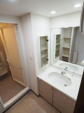 中古マンション-浦安市富士見5丁目 洗面所には大きな鏡と収納付き