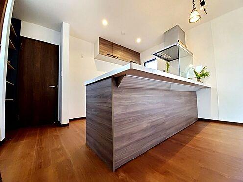 新築一戸建て-八王子市堀之内2丁目 オープンカウンターキッチンでリビングと一体感があり開放的です。