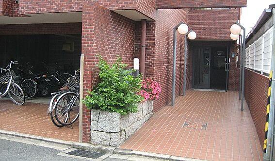 マンション(建物一部)-京都市上京区森之木町 緑豊かなエントランス。駐輪場もあります。