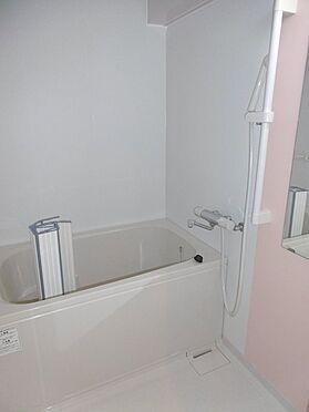 中古マンション-多摩市聖ヶ丘1丁目 明るい浴室。
