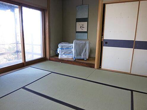 中古一戸建て-北佐久郡軽井沢町大字長倉 1階の和室です。この部屋からもウッドデッキに出られるようになっています。