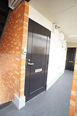 マンション(建物全部)-大田区大森中2丁目 共用廊下と302号室の玄関ドア(2018年12月撮影)