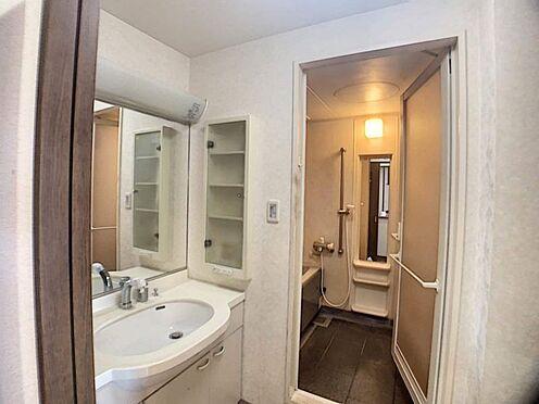 中古マンション-名古屋市天白区島田1丁目 大きな鏡が印象的な洗面台です。洗濯機置き場もございます。