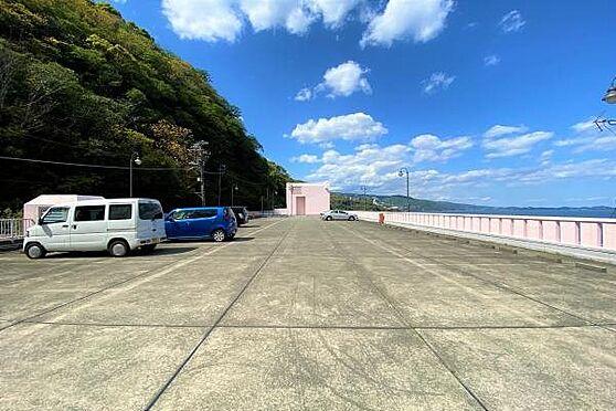 リゾートマンション-熱海市上多賀 駐車場:海一望の屋上駐車場。開放感があります。是非愛車でお越しください。