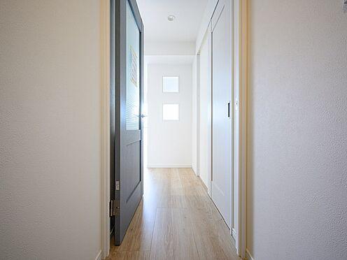 中古マンション-品川区東大井1丁目 レトロな雰囲気の扉を設置。窓部分はプラスチック製なので安心です