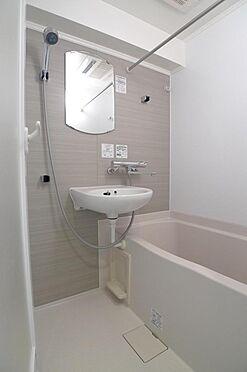 マンション(建物一部)-大田区西糀谷4丁目 雨の日のお洗濯も安心、浴室乾燥機付の浴室(2016年7月撮影)
