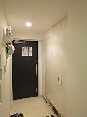 中古マンション-町田市小山ヶ丘4丁目 大きなシューズボックスで玄関周りもすっきり。