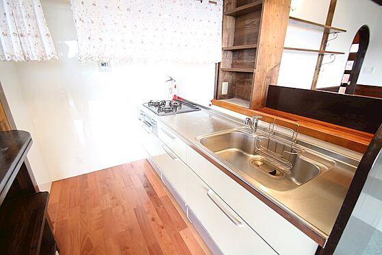 中古一戸建て-熱海市伊豆山 キッチンは1階にございます。ワイドシンクでお手入れも簡単です。