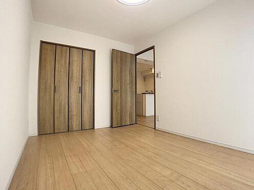 区分マンション-豊田市山之手7丁目 建具や扉の色を統一するとお部屋に一体感が出ます。