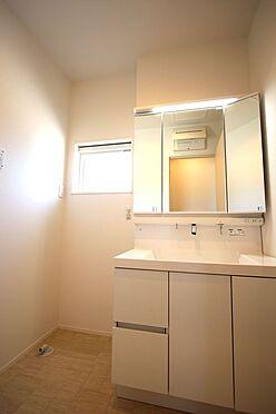 新築一戸建て-磯城郡田原本町大字阪手 大型の洗濯機も無理なく設置できる広さを確保。洗面台は便利なシャワー付きです。