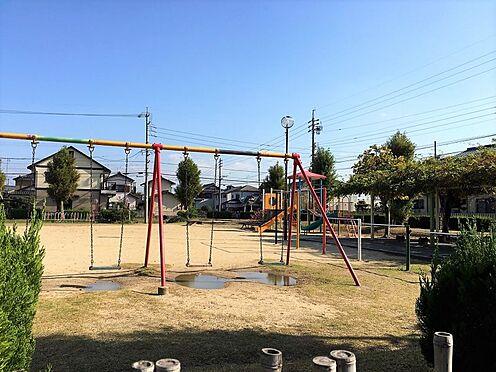 戸建賃貸-西尾市戸ケ崎3丁目 戸ケ崎公園 約210m 徒歩約3分通称「ばら公園」と呼ばれています。運動広場を利用される方、園路で散歩をされる方、遊具を利用しに遊びくる子供さんなど、様々な目的の方に利用しています。