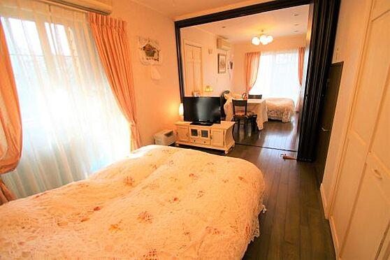 中古一戸建て-田方郡函南町畑 【洋室1】1階にある洋室です。1部屋としても使えますが引き戸を使いお部屋を分けることも可能です。