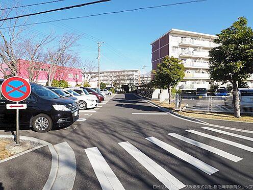 区分マンション-千葉市美浜区高浜4丁目 敷地内駐車場及び前面道路です!