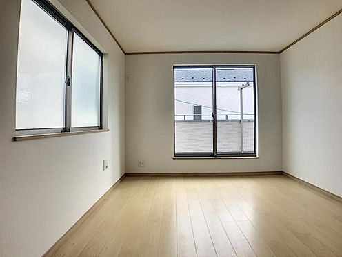 戸建賃貸-岡崎市野畑町字下河原 大きな窓からたっぷりの日差しが降り注ぐ明るい室内です。