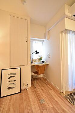 中古マンション-中央区日本橋茅場町3丁目 窓際には備え付けのカウンターと稼働棚がございます