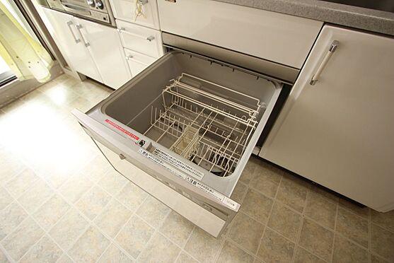 中古マンション-橿原市白橿町5丁目 大型の食器洗浄乾燥機を完備。高温のお湯と水圧で洗浄しますので手洗いよりも清潔!忙しい奥様に嬉しい設備ですね。